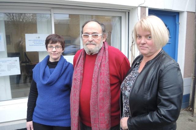 Jean-Paul Fournier, président, entouré de Tiffany Umek et de Christel Brassart, devant les nouveaux locaux de Goëlo Emploi Services (14 rue de la Marne 22 500 Paimpol).